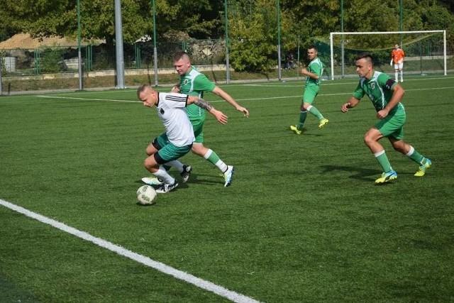 Hitem sobotnich meczów był pojedynek w Radomiu, gdzie miejscowe Zamłynie pokonało Powiślankę Lipsko (na zdjęciu w zielonych koszulkach).