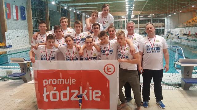Wicemistrzowie Polski z Neptuna Łódź. Od prawej trener Wiktor Berendiuga i kierownik Dominik Sznajder