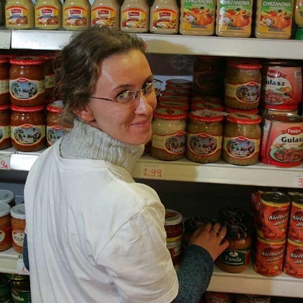"""W jakim mieście pracuje Aleksandra Kaplon? W sieci marketów """"Samo dobro"""" w Dublinie. Można zwątpić, bo całe półki są polskich towarów. Jakie ceny? Sok Tymbark za 1,59 euro, ciastka Jeżyki za 0,99 euro, jogurt Jogobella 0,50, kawa Jacobs 12,99."""