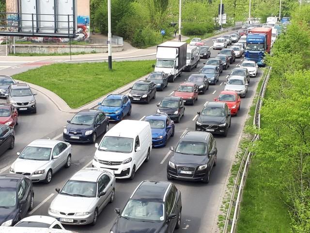 Zablokowano drogi z powodu przejazdu kolumny limuzyn z ministrami spraw zagranicznych, którzy przybyli do Łodzi na szczyt Grupy Wyszechradzkiej. Drogi ponownie zostaną zablokowane po południu.