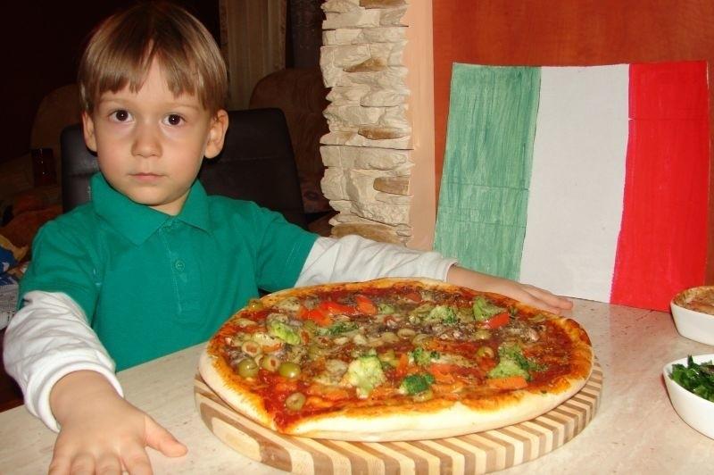 Karolek lubi wspólnie z mamą przygotowywać pizzę