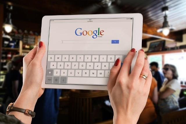 """Google informuje, że pliki osób, które pobierały kopię zapasową swoich danych, mogły podczas transferu """"wymieszać się""""."""