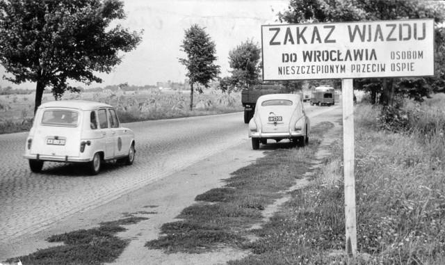 Do Wrocławia nie mogły wjeżdżać osoby nieszczepione przeciwko ospie. Podobne tablice informacyjne wisiały na dworcach