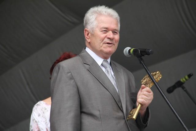 Wiesław Lichota, przewodniczący Rady Seniorów Miasta Tarnobrzega z kluczem do bram miasta podczas tegorocznej II Senioriady
