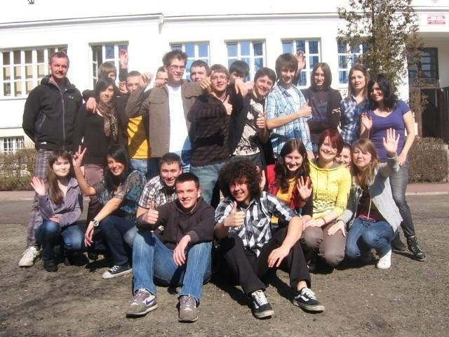 Najsympatyczniejsza Klasa Maturalna 2010 – III a z Zespołu Szkół Licealnych im. Józefa Piłsudskiego w Ustrzykach Dolnych wraz z wychowawcą (pierwszy z lewej).