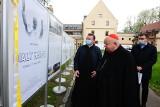 Biały Marsz. Minęło czterdzieści lat. Wystawa upamiętniająca wydarzenia z 1981 roku zawisła przed krakowską Kurią [ZDJĘCIA]