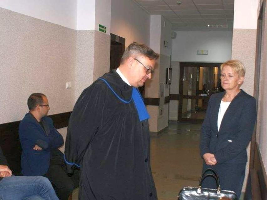 Burmistrz Jolanta Fierek przed wejściem na salę rozpraw w Sądzie Pracy