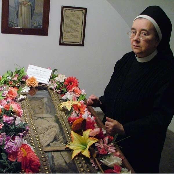Siostra Bernadetta od 47 lat zagląda do krypty Teresy Izabeli.