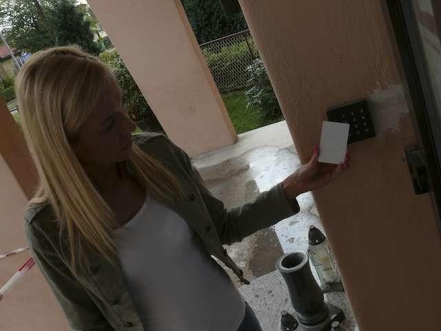 """System bezpieczeństwa w """"Dwójce"""". Kartę dostępu prezentuje Joanna Puchrowicz ze szkolnego sekretariatu"""