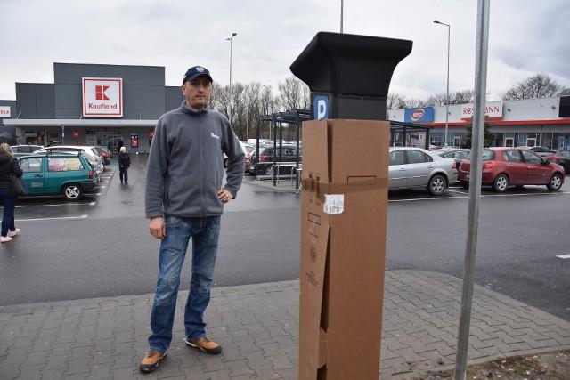 Dariusz Baciak obawia się, że mieszkańcy stracą kolejne miejsca parkingowe. Domaga się od miasta budowy nowych miejsc postojowych w okolicy.