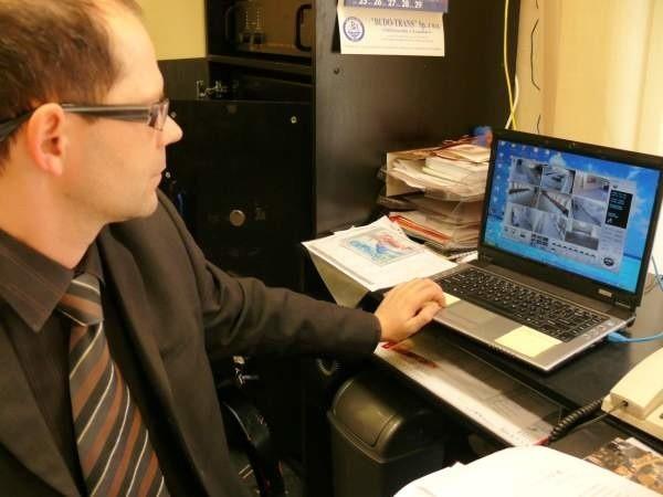 Dyrektor Mariusz Potasz może w swoi domu oglądać na monitorze komputera co się dzieje w szkole.