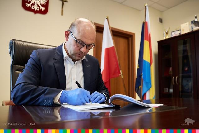 Marszałek Artur Kosicki podpisał umowę na dofinansowanie likwidacji barier dla niepełnosprawnych