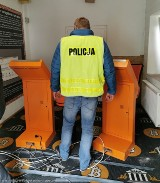 Policjanci i celnicy w lokalu z nielegalnymi automatami do gier w Rzgowie