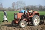 Rozpoczęły się prace polowe w regionie radomskim. Policja apeluje do rolników o rozsądne korzystanie z dróg