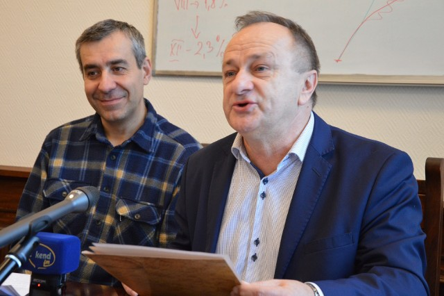 Józef Kołak (z prawej) i Jacek Hałuszkiewicz zachęcają do udziału w spotkaniach kolekcjonerów w ZSP nr 2.