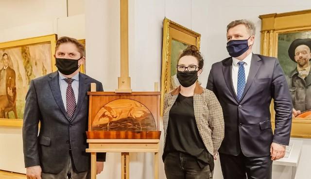 """""""Ibisy"""" to intarsjowany element dekoracyjny. Prezentują go dyrektorzy Muzeum, Leszek Ruszczyk (z lewej) i Adam Duszyk, w środku Magdalena Kołtunowicz z Działu Sztuki Dawnej muzeum."""