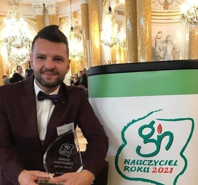 Dariusz Martynowicz ze statuetką dla Nauczyciela Roku 2021