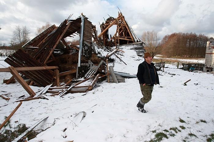 Zerwane dachy z dwóch zabudowan i kompletnie zniszczona stodola w jednym z gospodarstw - to skutek przejścia trąby powietrznej we wsi Izbica w gminie Glówczyce.