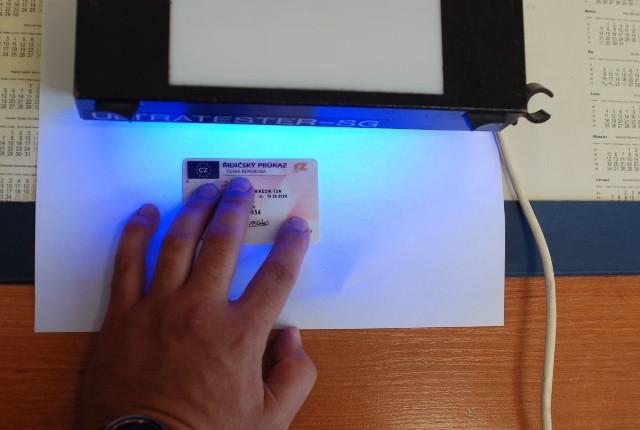 23-letni Turek posługiwał się wydanym w Czechach prawem jazdy. Okazało się, że dokument jest sfałszowany.