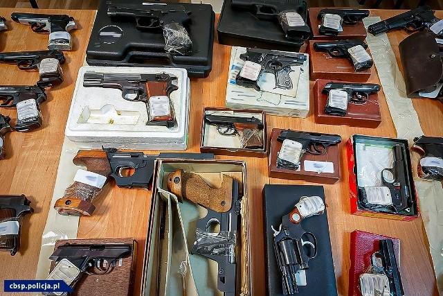 Rozbicie zorganizowanej grupy przestępczej, 7 osób zatrzymanych, blisko 30 przeszukań i przejęcie 286 sztuk broni, a także 3 tys. sztuk amunicji, to efekt zmasowanej akcji CBŚP.Zobacz więcej zdjęć przejętej broni >>>