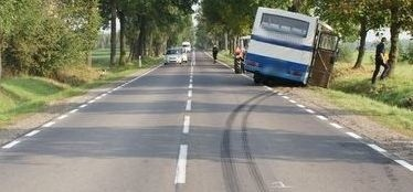 Aby uniknąć zderzenia kierowca autobusu skręcił gwałtownie w prawo, uderzył w traktor i zatrzymał się w rowie.