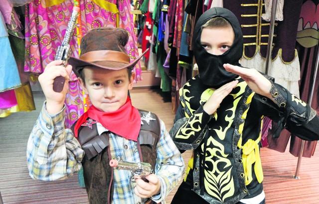 Sezon na karnawałowe bale i przebierańców trwaMichał Dziwniel (z lewej) na zabawie w przedszkolu będzie wymarzonym kowbojem, a jego brat Artur wystąpi jako ninja