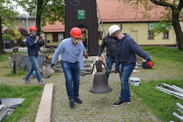 Zdemontowano stary dzwon z wieży gwarków. Trafi on teraz do muzeum w Tarnowskich Górach. Zobacz kolejne zdjęcia. Przesuwaj zdjęcia w prawo - naciśnij strzałkę lub przycisk NASTĘPNE >>>
