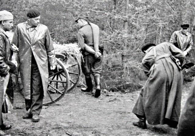 """Legendarny oddział partyzancki """"Wira"""" w obiektywie Edwarda Buczka. Drugi z lewej por. Konrad Bartoszewski ps. """"Wir"""""""