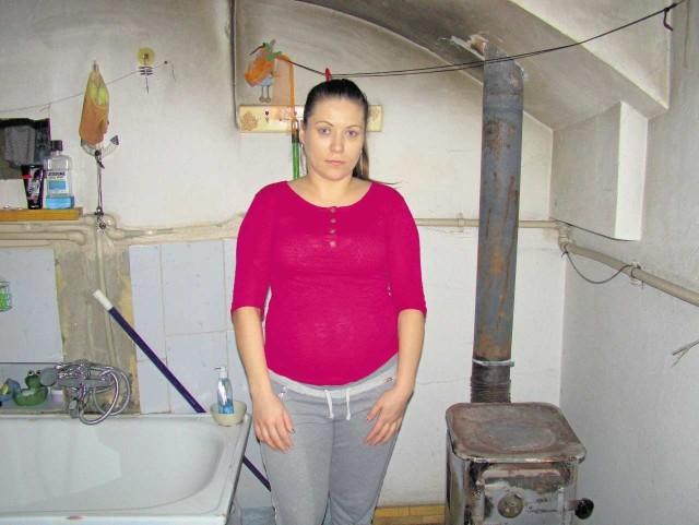 Iwona Sarnecka twierdzi, że piecyka w łazience nie używa, a w mieszkaniu i tak pojawia się czad