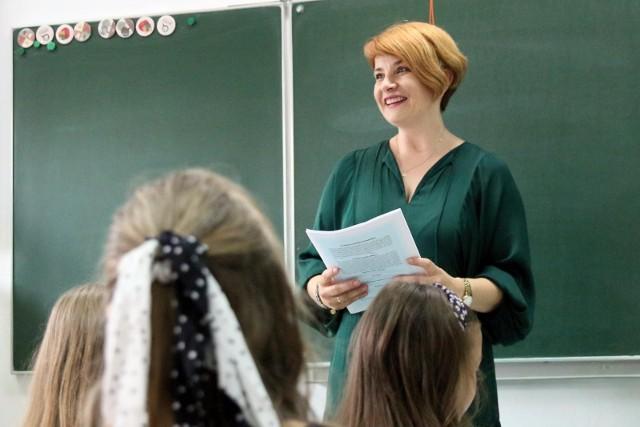 Zarobki nauczycieli w Polsce. Ile otrzymują? Nauczyciele od lat narzekają na niskie zarobki, ale jak jest faktycznie? Oto najnowsze dane dotyczące zarobków nauczycieli w Polsce!WIĘCEJ NA KOLEJNYCH STRONACH>>>