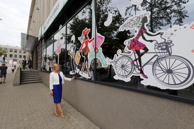 Witryna dziś otwartego oddziału banku, na którą wskazuje Anna Polańska-Wypchło, dyr. Departamentu Sieci, przypomina francuską ulicę. Nie bez powodu - BGŻ BNP Paribas S.A. wywodzi się z Francji.