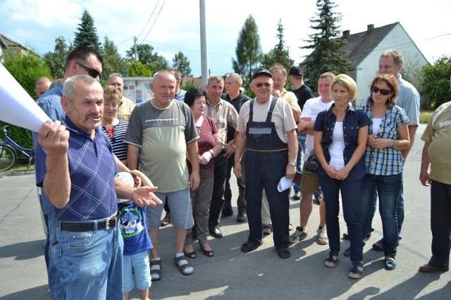Mieszkańcy domagali się interwencji w sprawie smrodu podczas  protestu zorganizowanego pod koniec sierpnia pod siedzibą OSP w Antoniowie.
