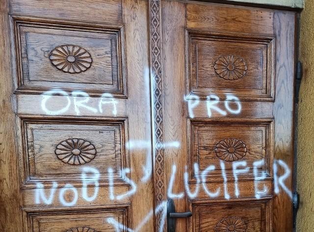 Satanistyczne napisy i symbole pojawiły się na drzwiach kościoła w Goleszowie z soboty na niedzielę