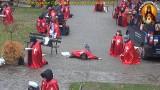 """Czerwone peleryny w czerwonej strefie w pustelni byłego ks. Natanka w Grzechyni. Rozpoczęła się """"okupacja"""" pustelni [ZDJĘCIA] 28.10."""