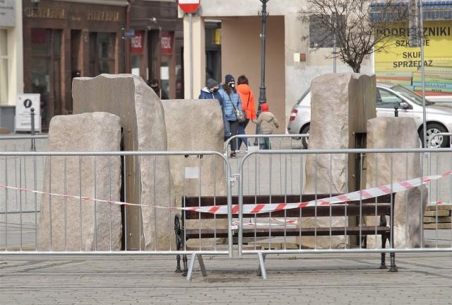 Trwa wymiana szklanych elementów fontanny na Rynku w Inowrocławiu. Stare były popękane i niebezpieczne dla przechodniów