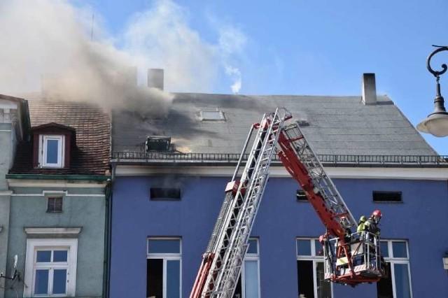 Do tragicznego pożaru doszło w piątek w Ostrowie Wielkopolskim. Ogień wybuchł na poddaszu użytkowym w jednym z budynków przy tamtejszym Rynku. Niestety, zginęła jedna osoba. Dwie kolejne wymagały pomocy.Kolejne zdjęcie -->