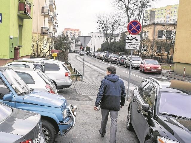 Przez wprowadzony zakaz postoju mieszkańcy nie mieli gdzie zostawiać samochodów i niejednokrotnie musieli łamać przepisy