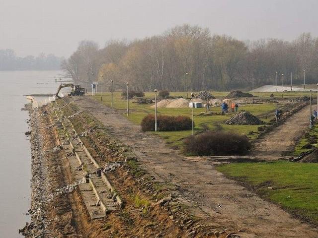 W tej chwili trwa m.in. demontaż nabrzeża Wisły.