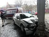 Auto uderzyło w filar wiaduktu kolejowego w centrum Wrocławia [ZDJĘCIA]