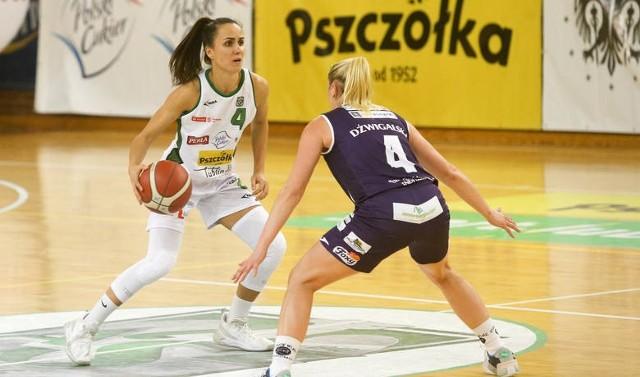 Zuzanna Sklepowicz (z piłką) występuje na pozycji rozgrywającej