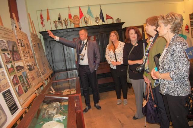 Mariusz Winiecki chętnie opowiada o historii obozu rodzinom byłych jeńców odwiedzających Szubin