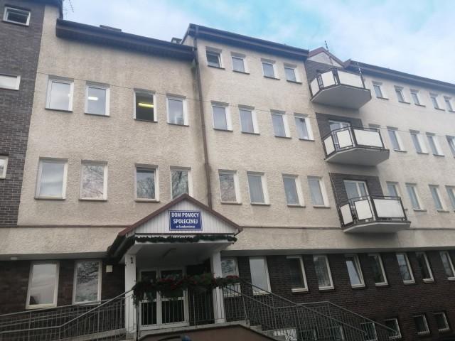 Do 50 wzrosła liczba podopiecznych Domu Pomocy Społecznej w Sandomierzu, u których stwierdzono koronawirusa. Ognisko zapalne w placówce stwierdzono przed kilkoma dniami, a zakażonych odizolowano od zdrowych mieszkańców.