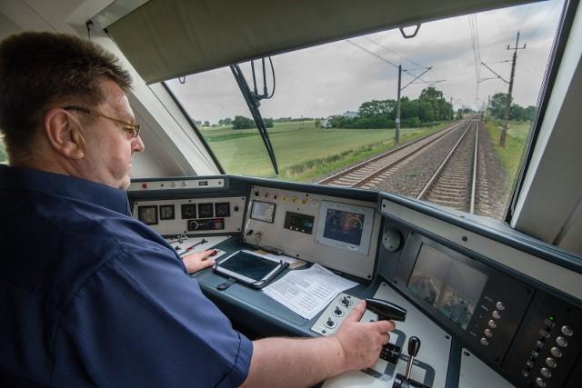 Firma DB Cargo, wchodząca w skład koncernu Deutsche Bahn, poszukuje maszynistów. W rekrutacji mogą brać udział również Polacy. Znajomość języka niemieckiego i kwalifikacje maszynisty nie są niezbędne! DB Cargo sfinansuje szkolenia, a nawet zapłaci przyszłemu pracownikowi za udział w kursie. Koniecznie sprawdźcie szczegóły w dalszej części galerii!Czytaj dalej. Przesuwaj zdjęcia w prawo - naciśnij strzałkę lub przycisk NASTĘPNE