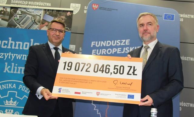 Marszałek Marek Woźniak i prof. dr. hab. inż. Teofil Jesionowski.