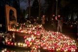 Jedyna taka noc w roku. Tysiące zniczy oświetla cmentarz Rakowicki [GALERIA]