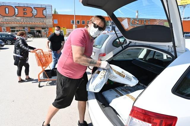Sądząc, po zapełnionych samochodami parkingach, śmiało można wysnuć tezę, że mnóstwo ludzi rozpoczęło w swoich domach remonty. W sobotę, 9 maja wybraliśmy się  do marketów Obi przy ulicy Radomskiej i Zagnańskiej oraz do Castoramy przy ulicy Ściegiennego. Wszędzie było mnóstwo klientów. Podobnie w Mrówce na osiedlu Ślichowice. Zobaczcie zdjęcia!>>> ZOBACZ WIĘCEJ NA KOLEJNYCH ZDJĘCIACH