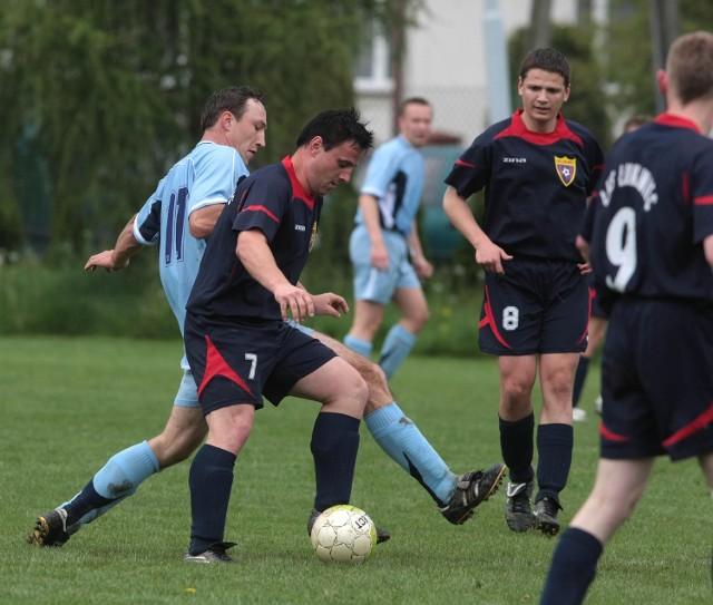 Wiesław Baran (w jasno niebieskim stroju) i jego koledzy z Nienadówki wygrali mecz o awans w Łukawcu.