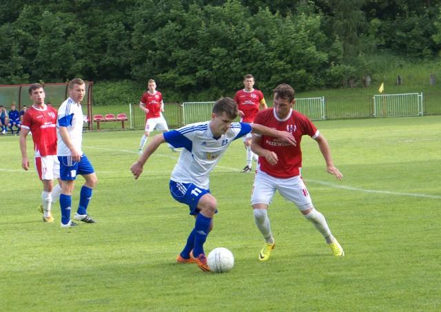Wojciech Tołpa (przy piłce) przez ostatnie półtora roku był piłkarzem Sokoła Sieniawa