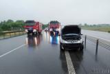 Wypadek na autostradzie A4. Peugeot uderzył w bariery i się zapalił [ZDJĘCIA]