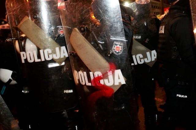Uczestniczki strajku kobiet przykuły się do bramy Ministerstwa Edukacji Narodowej. Interweniowała policja
